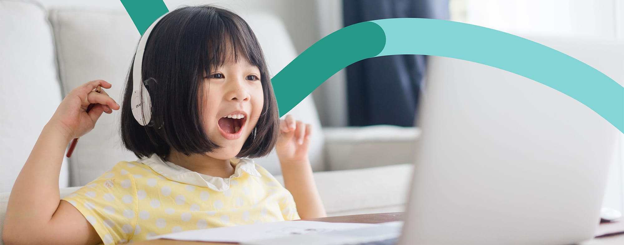 A girl enjoys learning Chinese online